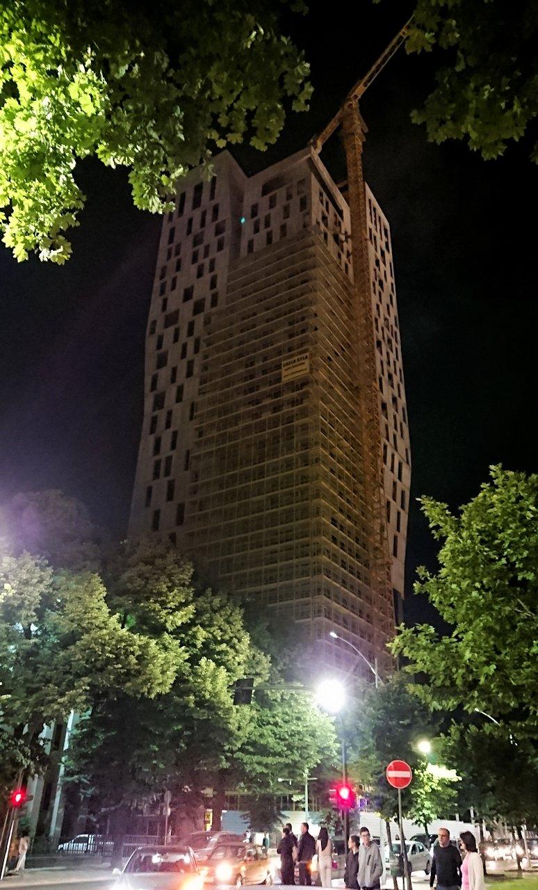 アルバニアで首都ティラナで夜のスカンデルベグ広場付近を歩く9
