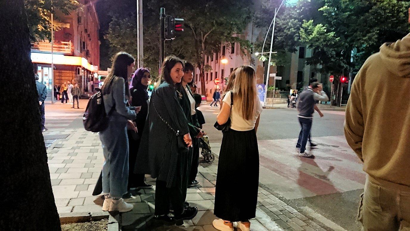 アルバニアで首都ティラナで夜のスカンデルベグ広場付近を歩く10
