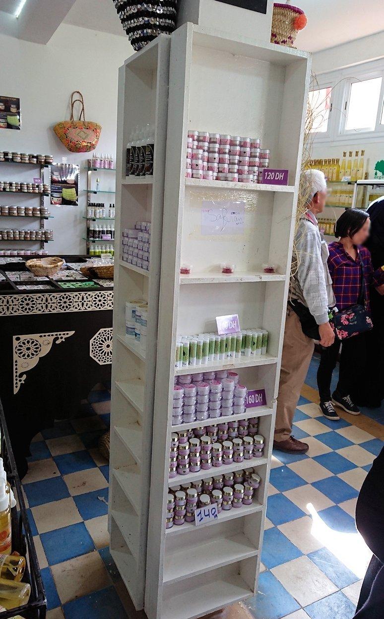 モロッコのティシュカ峠からマラケシュヘ移動の途中にあるアルガンオイルのお店の様子6