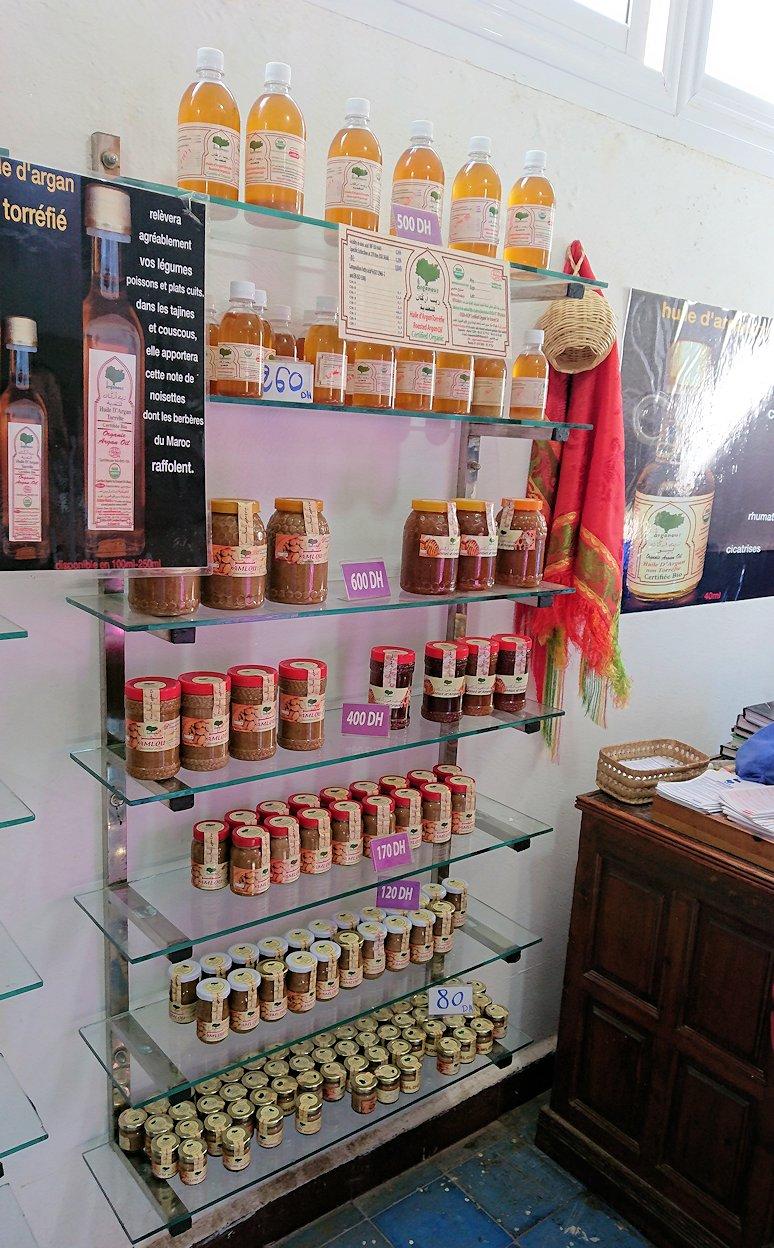 モロッコのティシュカ峠からマラケシュヘ移動の途中にあるアルガンオイルのお店の様子7