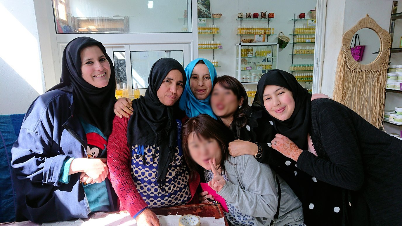 モロッコのティシュカ峠からマラケシュヘ移動の途中にあるアルガンオイルのお店で楽しく