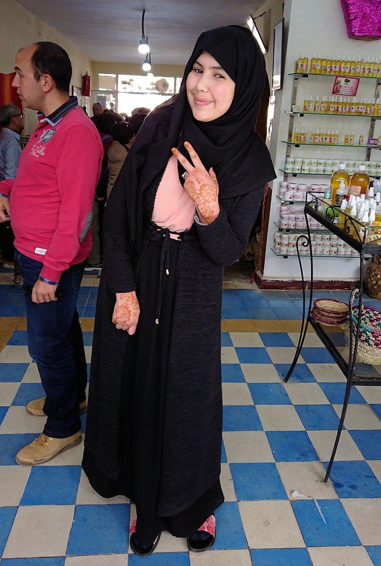 モロッコのティシュカ峠からマラケシュヘ移動の途中にあるアルガンオイルのお店で楽しく1