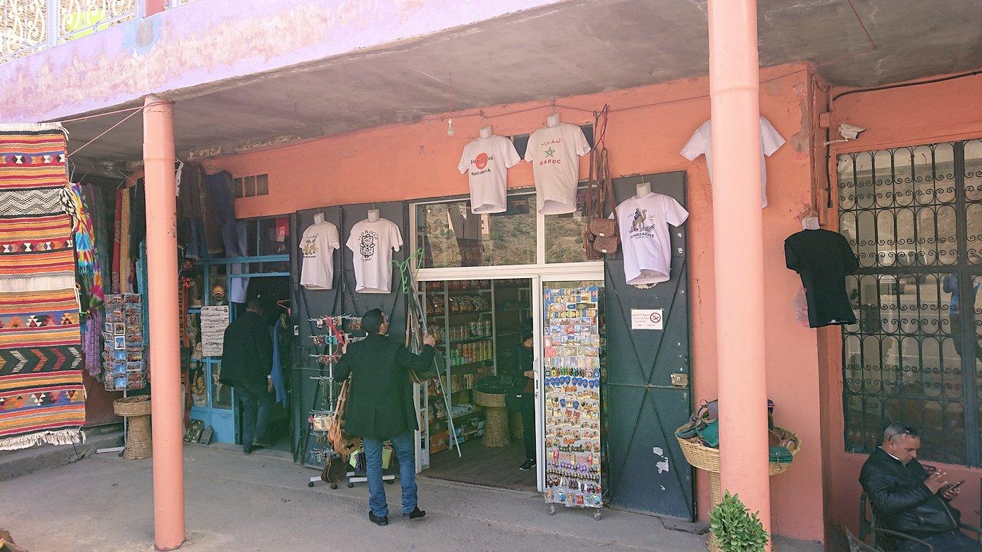 モロッコのティシュカ峠からマラケシュヘ移動の途中にあるアルガンオイルのお店で楽しく8