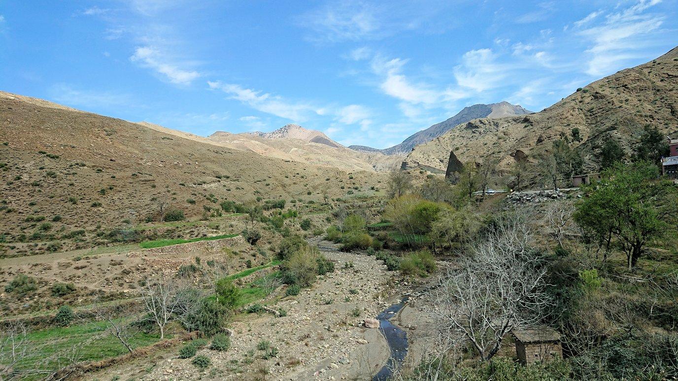 モロッコのティシュカ峠からマラケシュヘ移動の途中にあるアルガンオイルのお店で楽しく9