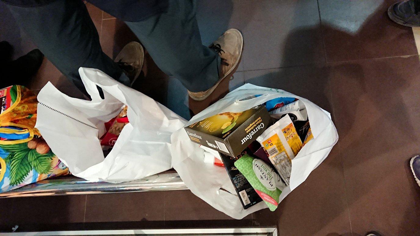 モロッコのマラケシュの街に到着しショッピングモールのスーパでお買い物の様子3