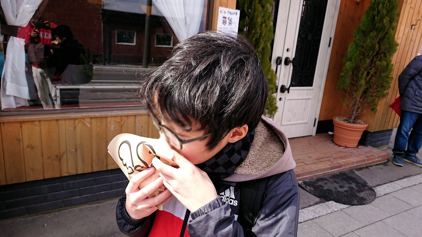 函館市内で人気のスイーツ店「アンジェリック ヴォヤージュ」を訪問しマンゴークレープを食べる