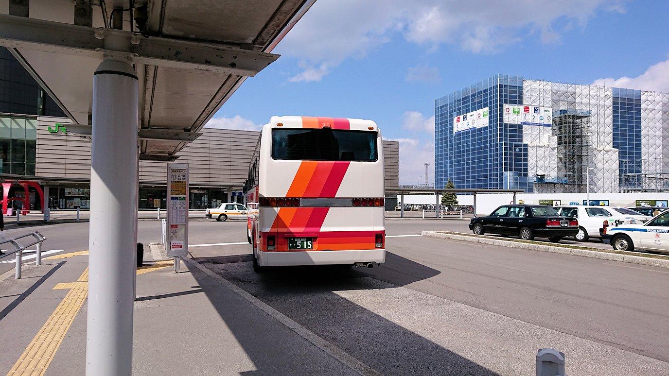 函館市内で空港に向かうバスに乗る2