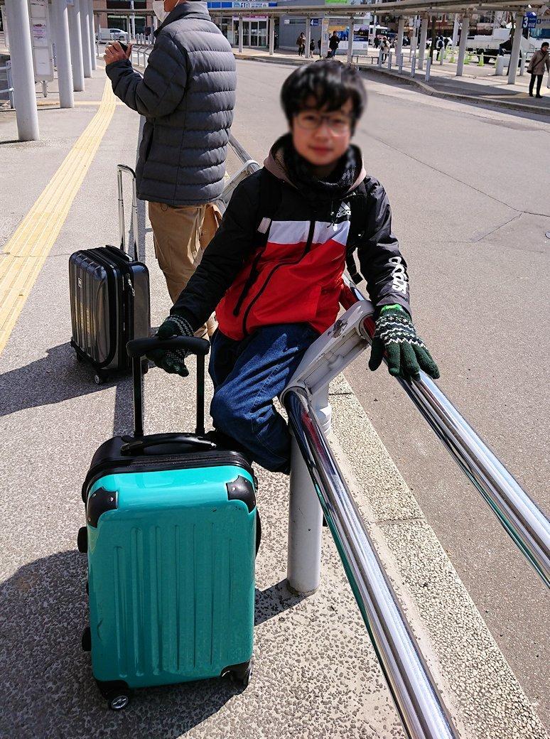 函館市内で空港に向かうバスに乗る3