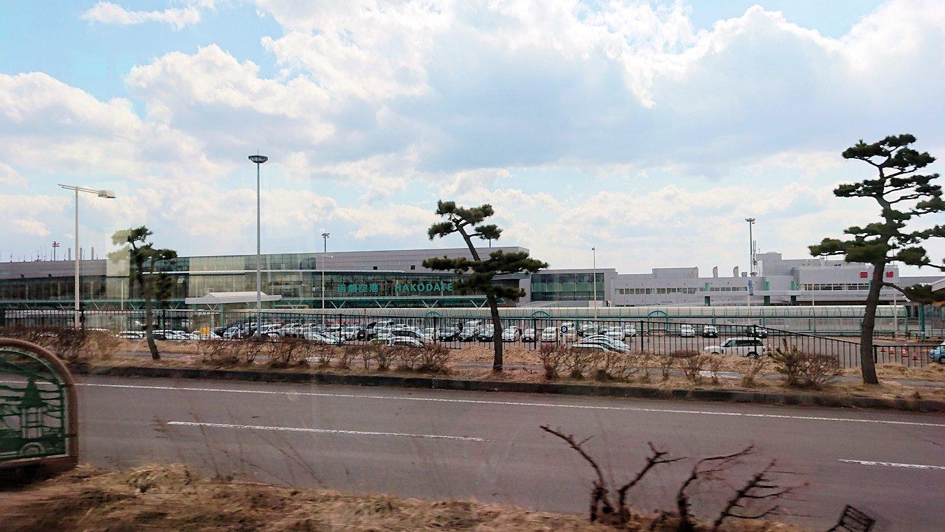 函館市内で空港に向かうバスに乗って函館空港に到着
