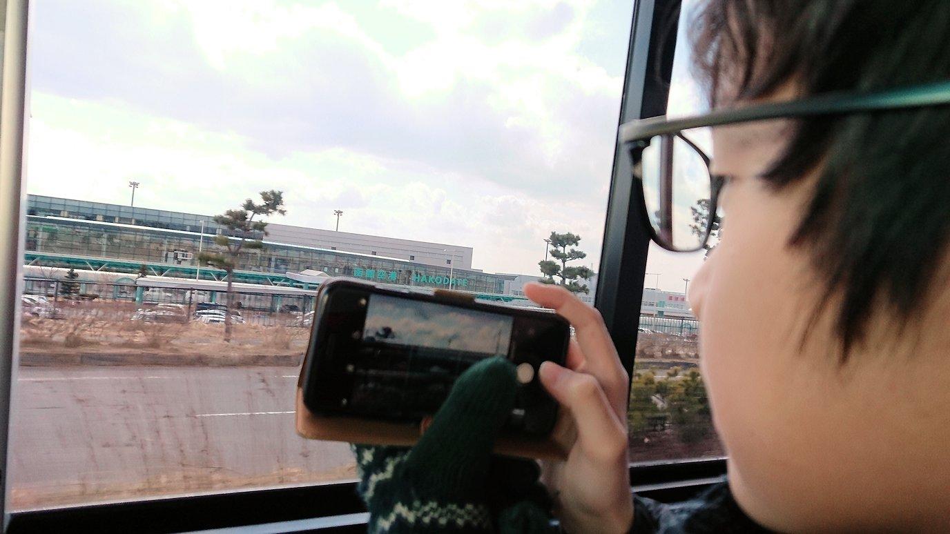 函館市内で空港に向かうバスに乗って函館空港に到着1