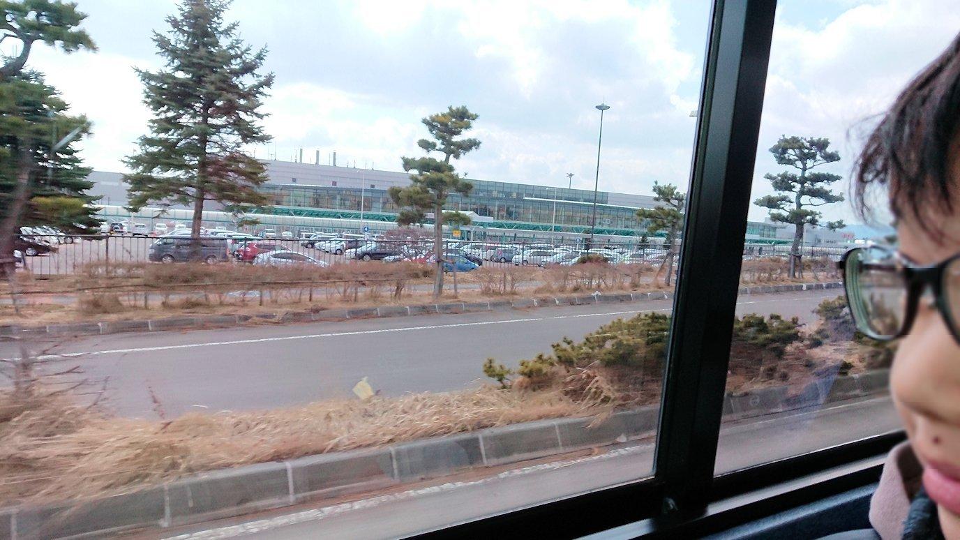 函館市内で空港に向かうバスに乗って函館空港に到着2