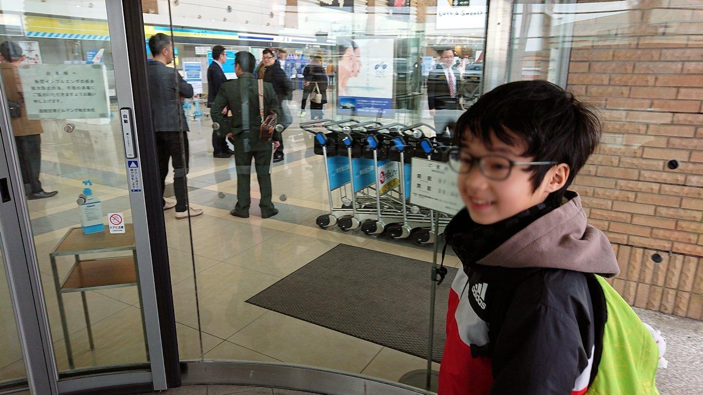 函館市内で空港に向かうバスに乗って函館空港に到着3