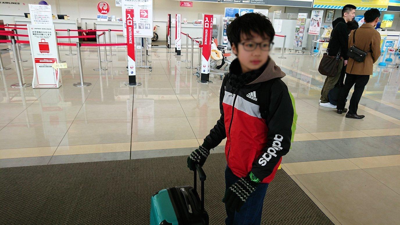 函館市内で空港に向かうバスに乗って函館空港に到着4