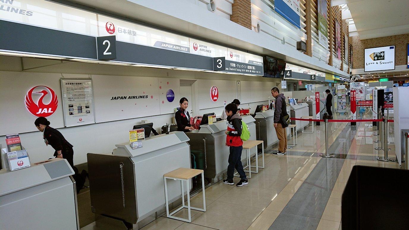 函館市内で空港に向かうバスに乗って函館空港に到着9