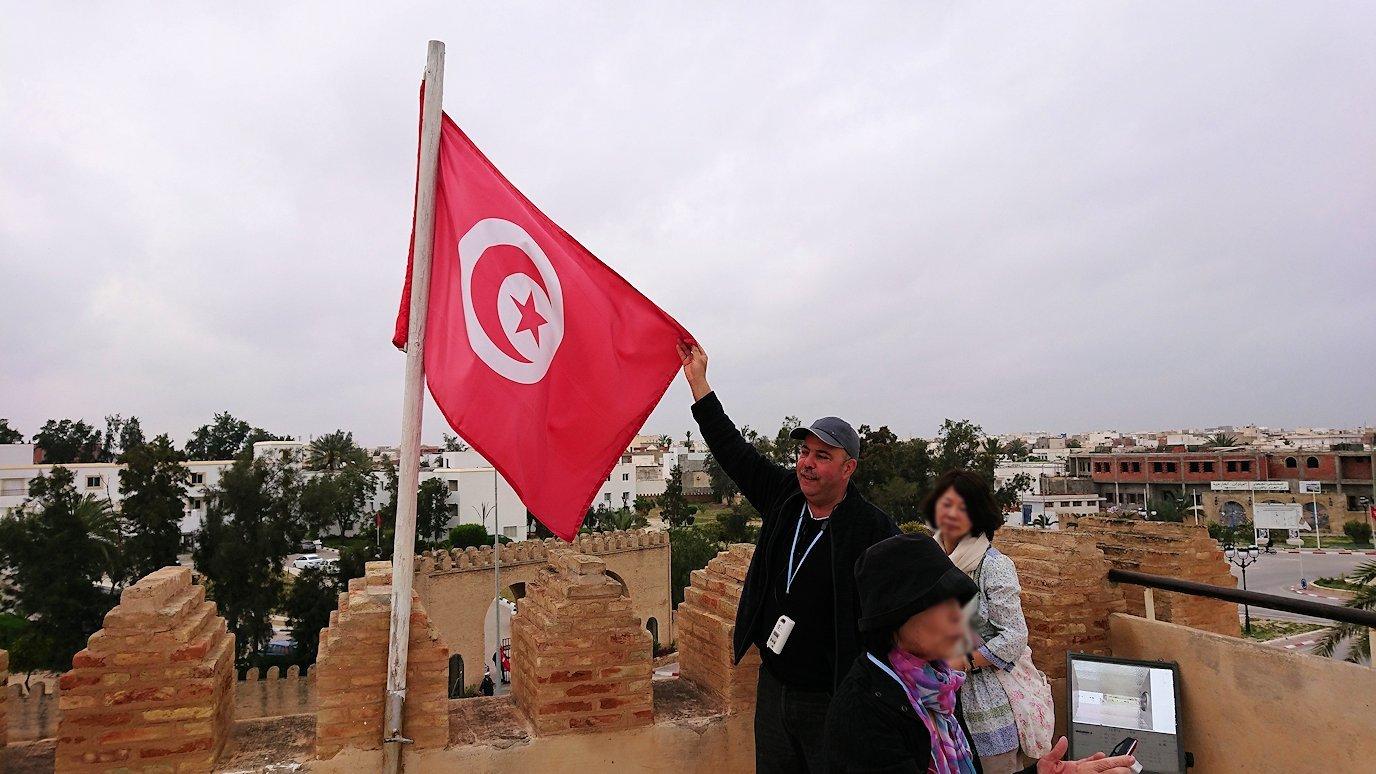 チュニジアのホテル:コンチネンタル(CONTINENTAL)を出て向かいの貯水池を見学し国旗に触れる