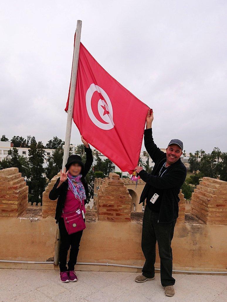 チュニジアのホテル:コンチネンタル(CONTINENTAL)を出て向かいの貯水池を見学し国旗に触れる1