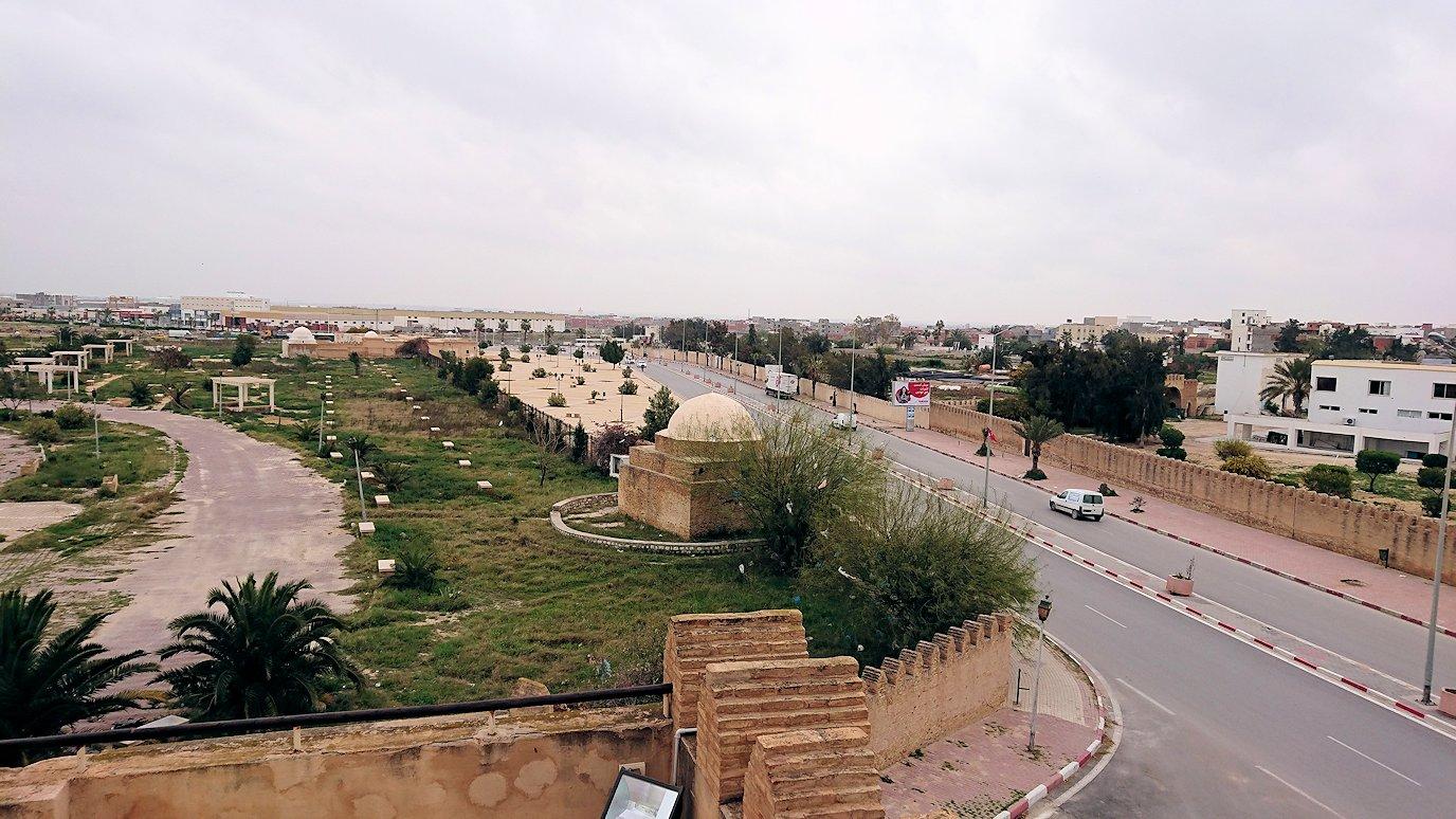 チュニジアのホテル:コンチネンタル(CONTINENTAL)を出て向かいの貯水池を見学し国旗に触れる2