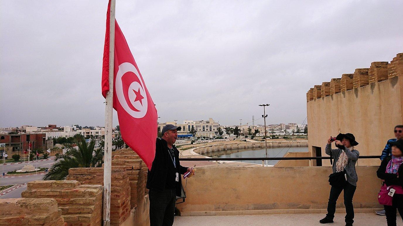 チュニジアのホテル:コンチネンタル(CONTINENTAL)を出て向かいの貯水池を見学し国旗に触れる3