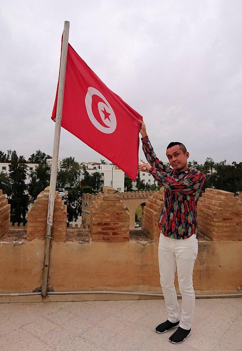 チュニジアのホテル:コンチネンタル(CONTINENTAL)を出て向かいの貯水池を見学し国旗に触れる4