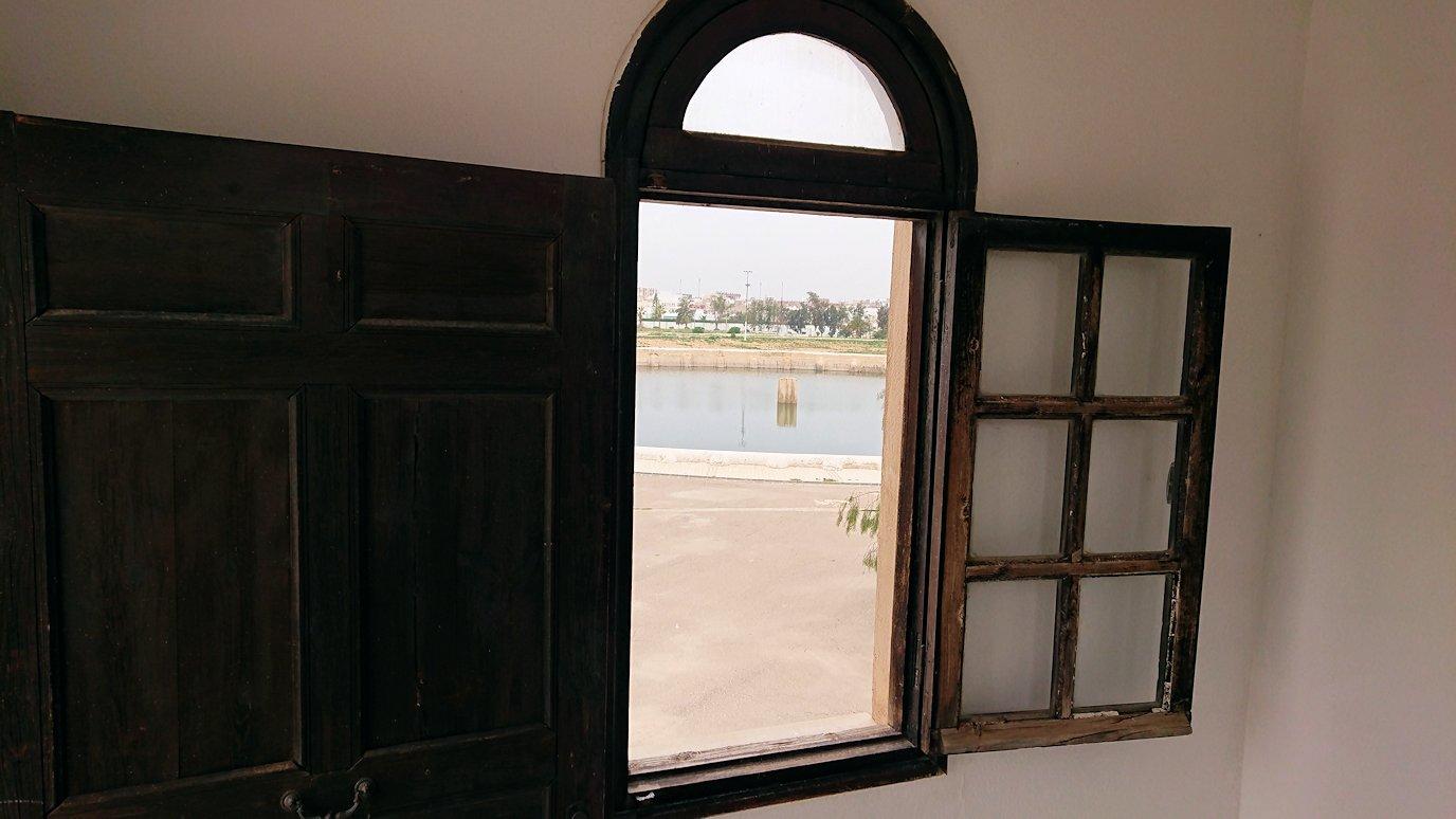 チュニジアのホテル:コンチネンタル(CONTINENTAL)を出て向かいの貯水池を見学し国旗に触れる5