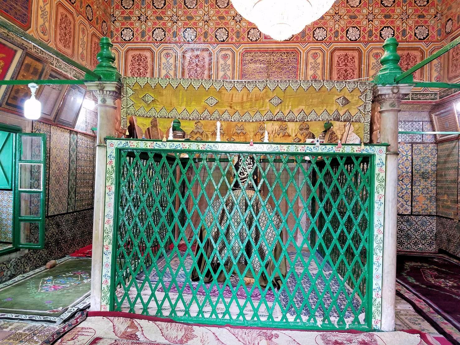 ケロアンのシディ・サハブ霊廟にいたオジサンと記念撮影