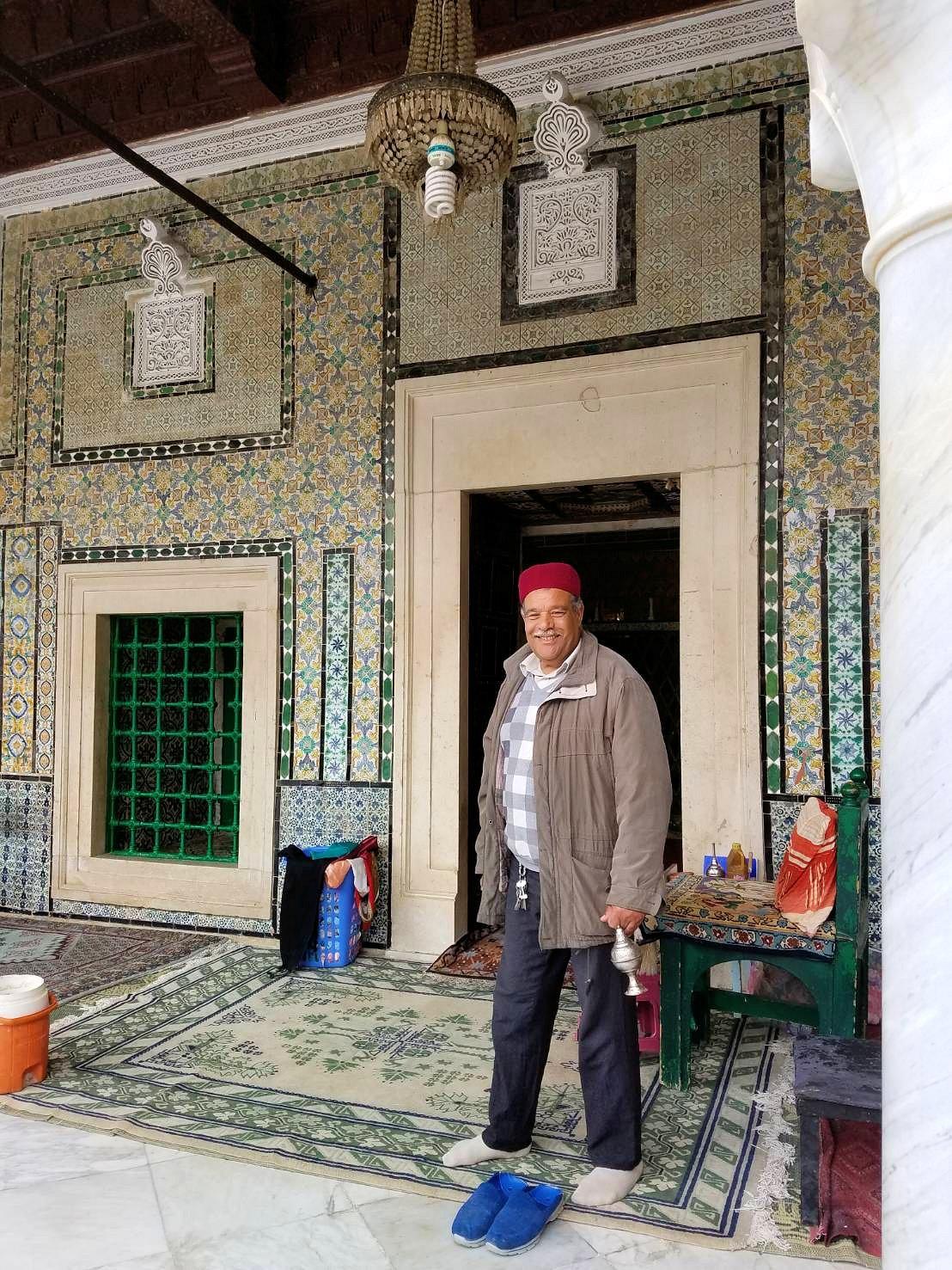 ケロアンのシディ・サハブ霊廟にいたオジサンと記念撮影1