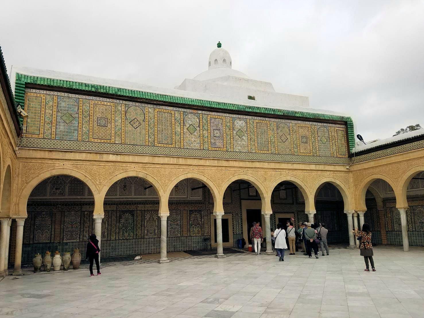 ケロアンのシディ・サハブ霊廟にいたオジサンと記念撮影2