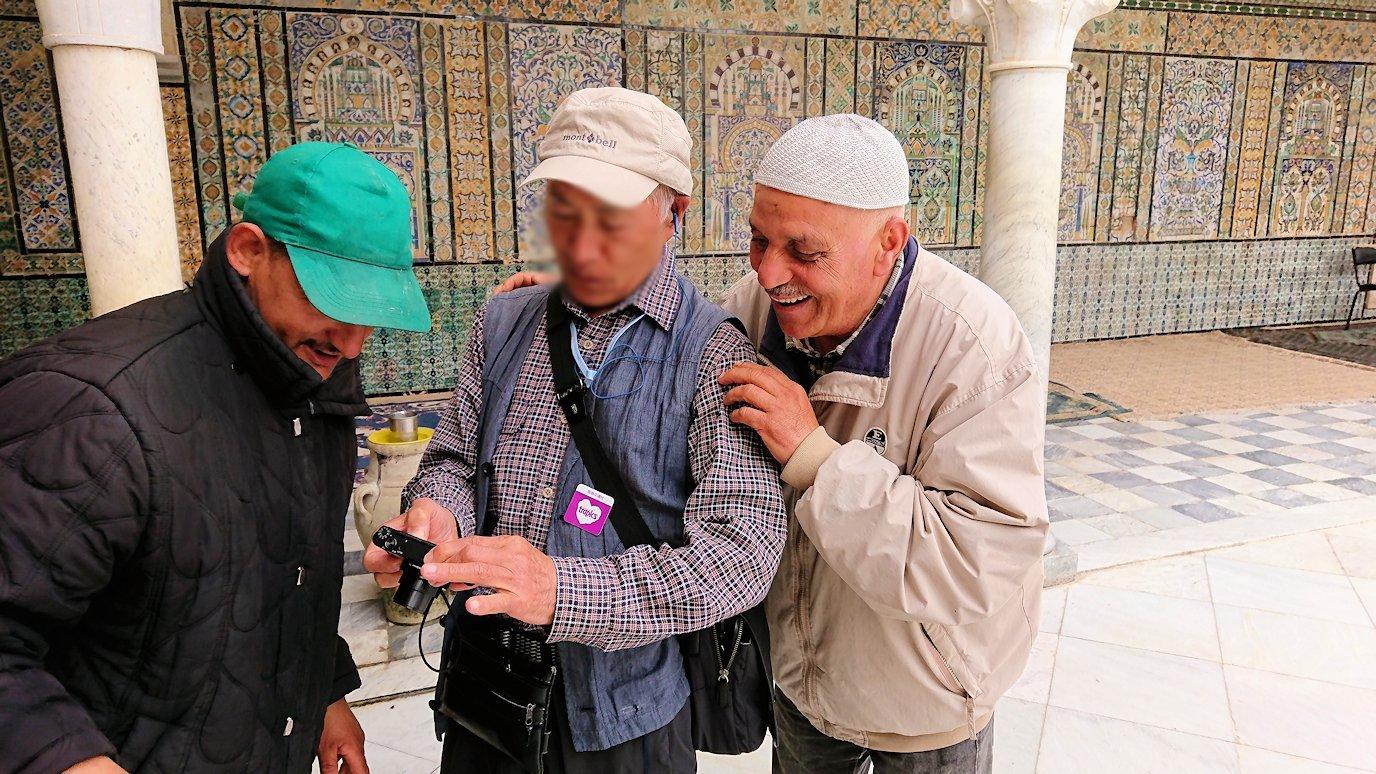 ケロアンのシディ・サハブ霊廟にいたオジサンと記念撮影3