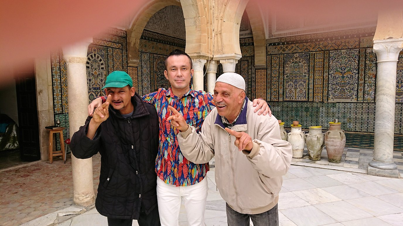 ケロアンのシディ・サハブ霊廟にいたオジサンと記念撮影4