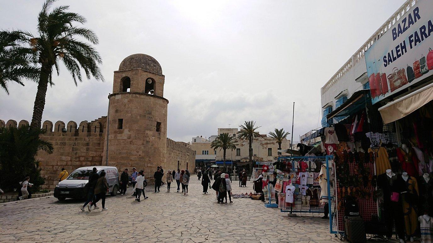 チュニジアのスースの街の旧市街を歩いていきます