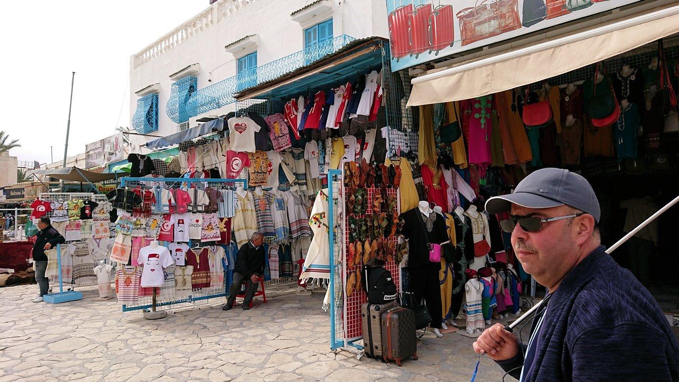 チュニジアのスースの街の旧市街を歩いていきます1