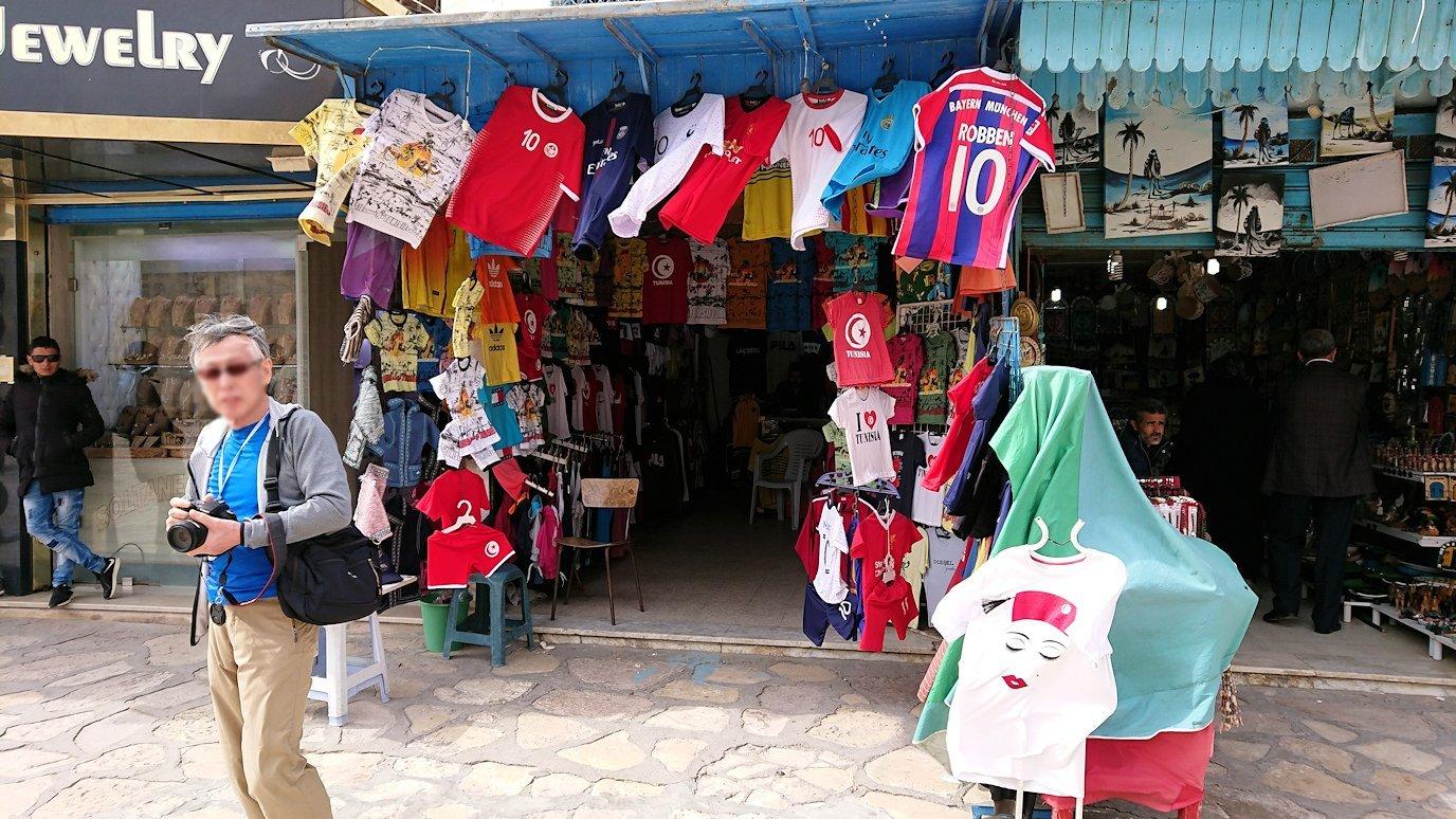 チュニジアのスースの街の旧市街を歩いていきます2