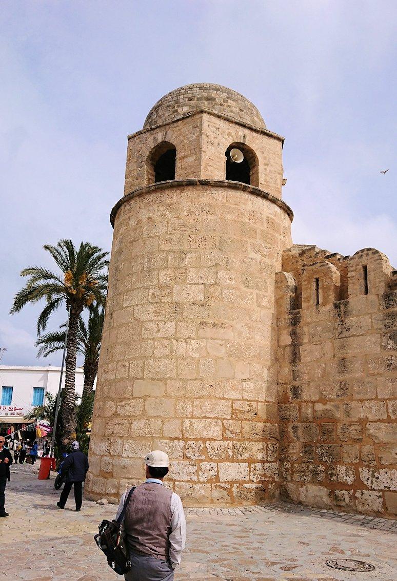 チュニジアのスースの街の旧市街を歩いていきます3