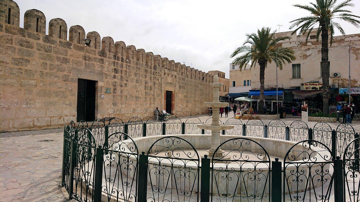 チュニジアのスースの街の旧市街を歩いていきます4