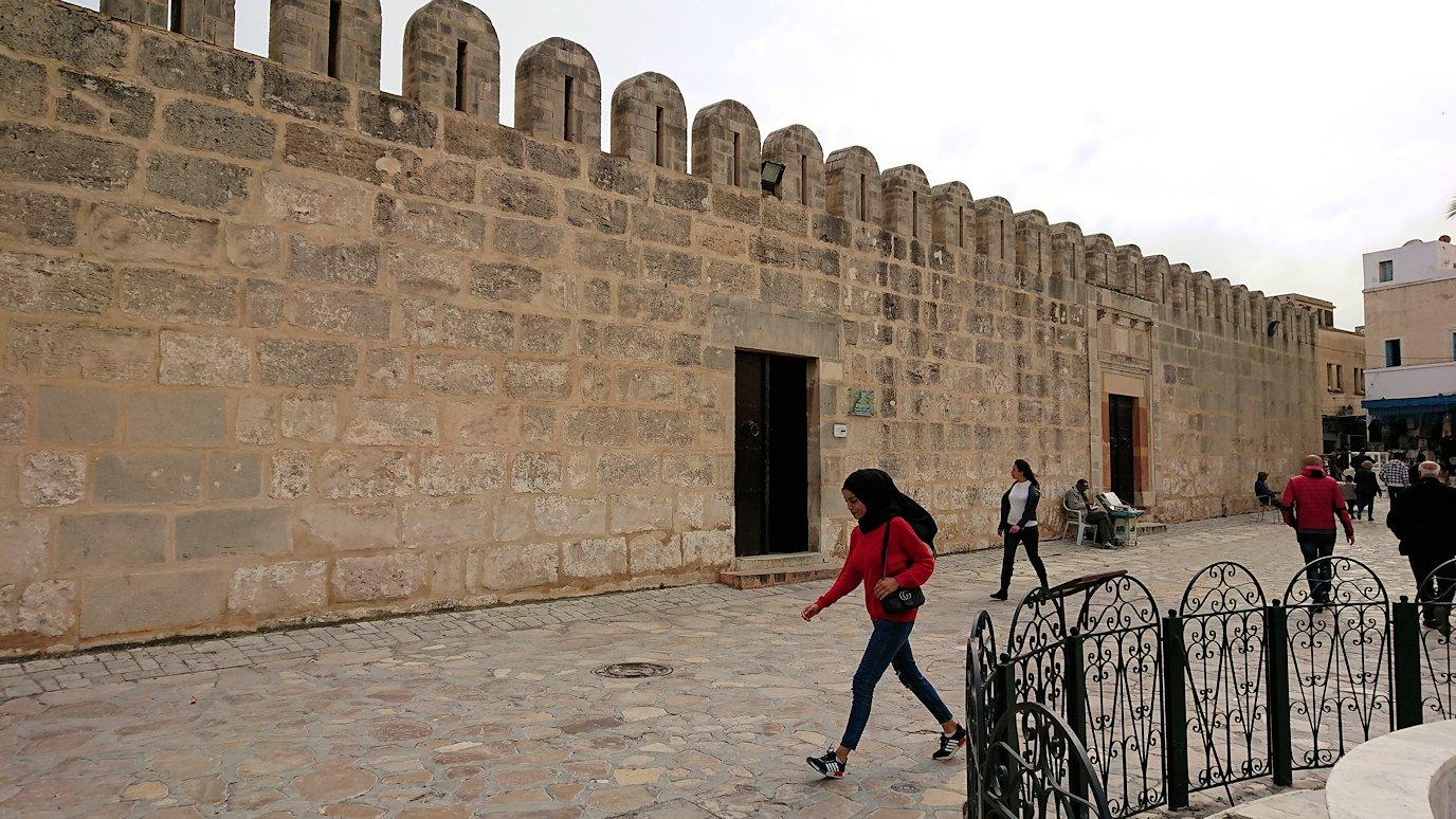 チュニジアのスースの街の旧市街を歩いていきます7