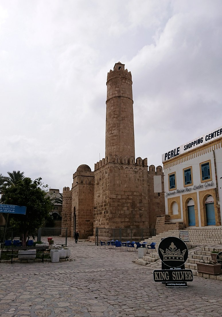 チュニジアのスースの街の旧市街で自由時間にラバトへ向かう1