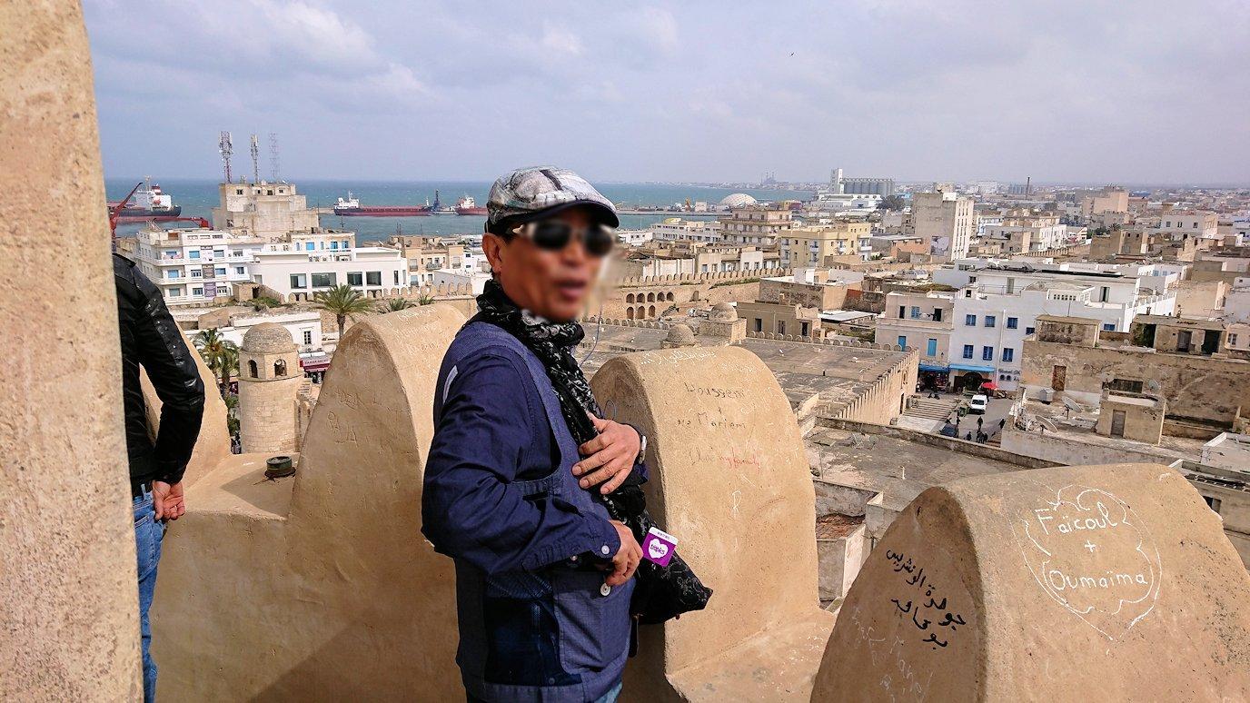 チュニジアのスースの街の旧市街で自由時間にリバトの頂上に登る