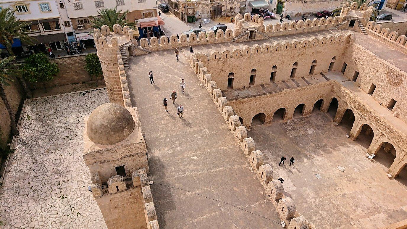 チュニジアのスースの街の旧市街で自由時間にリバトの頂上に登る1