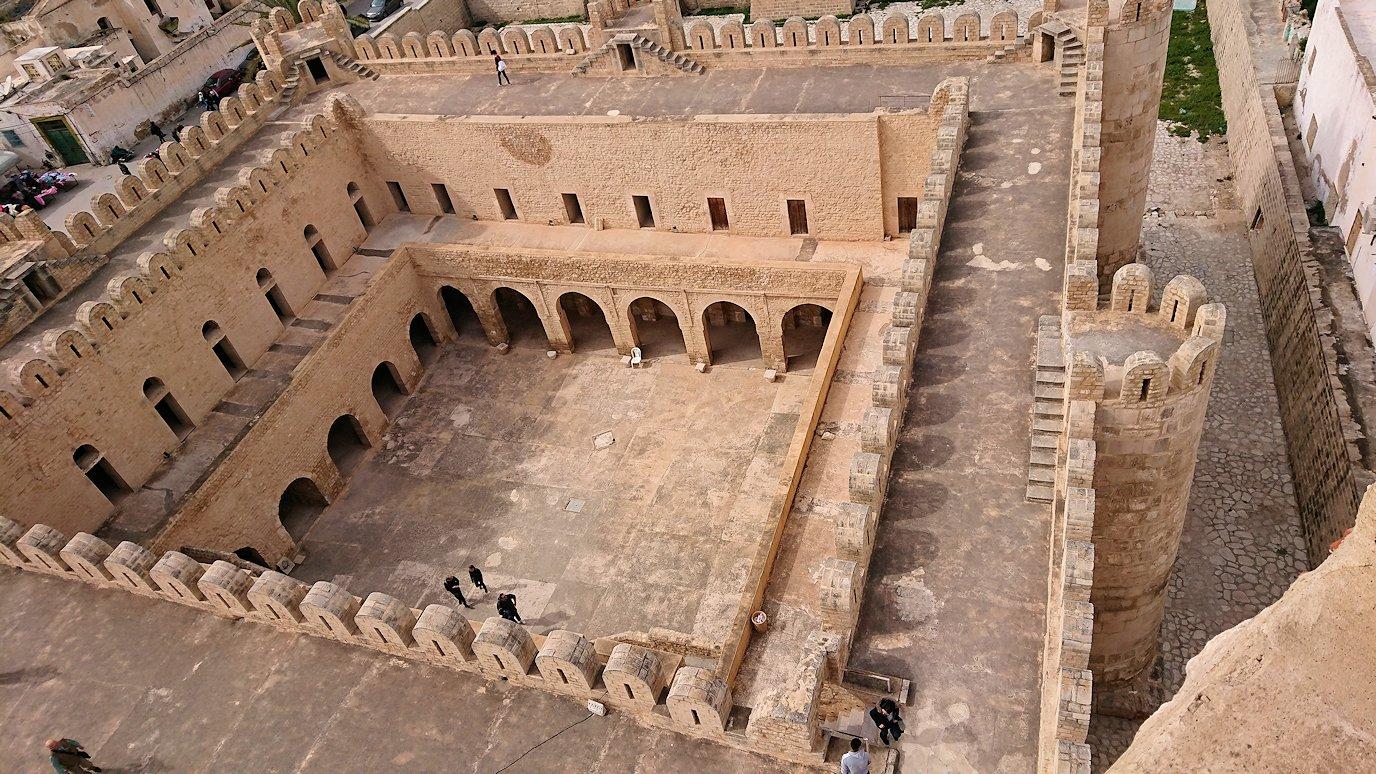 チュニジアのスースの街の旧市街で自由時間にリバトの頂上に登る2