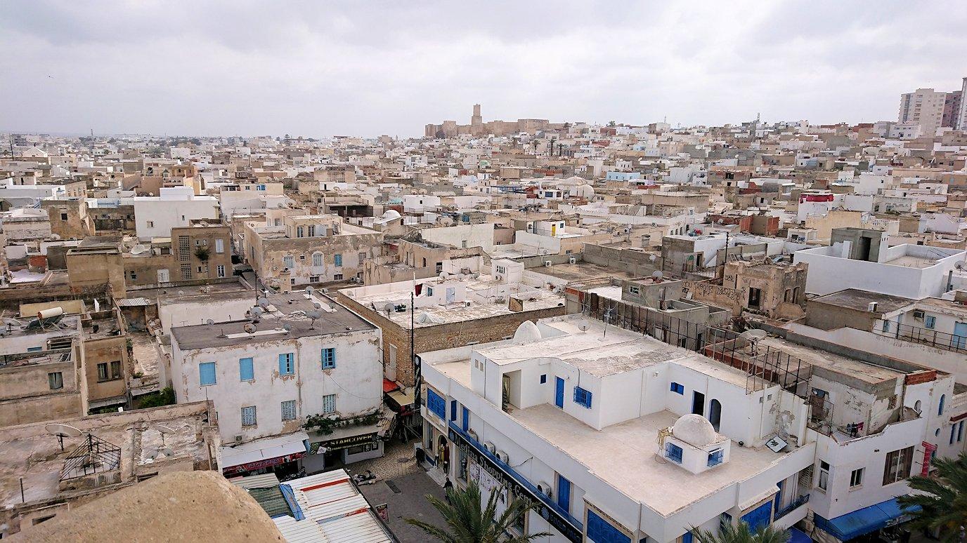 チュニジアのスースの街の旧市街で自由時間にリバトの頂上に登る3