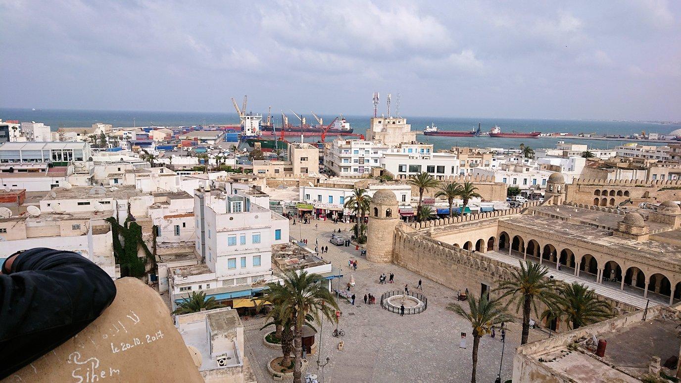 チュニジアのスースの街の旧市街で自由時間にリバトの頂上に登る4