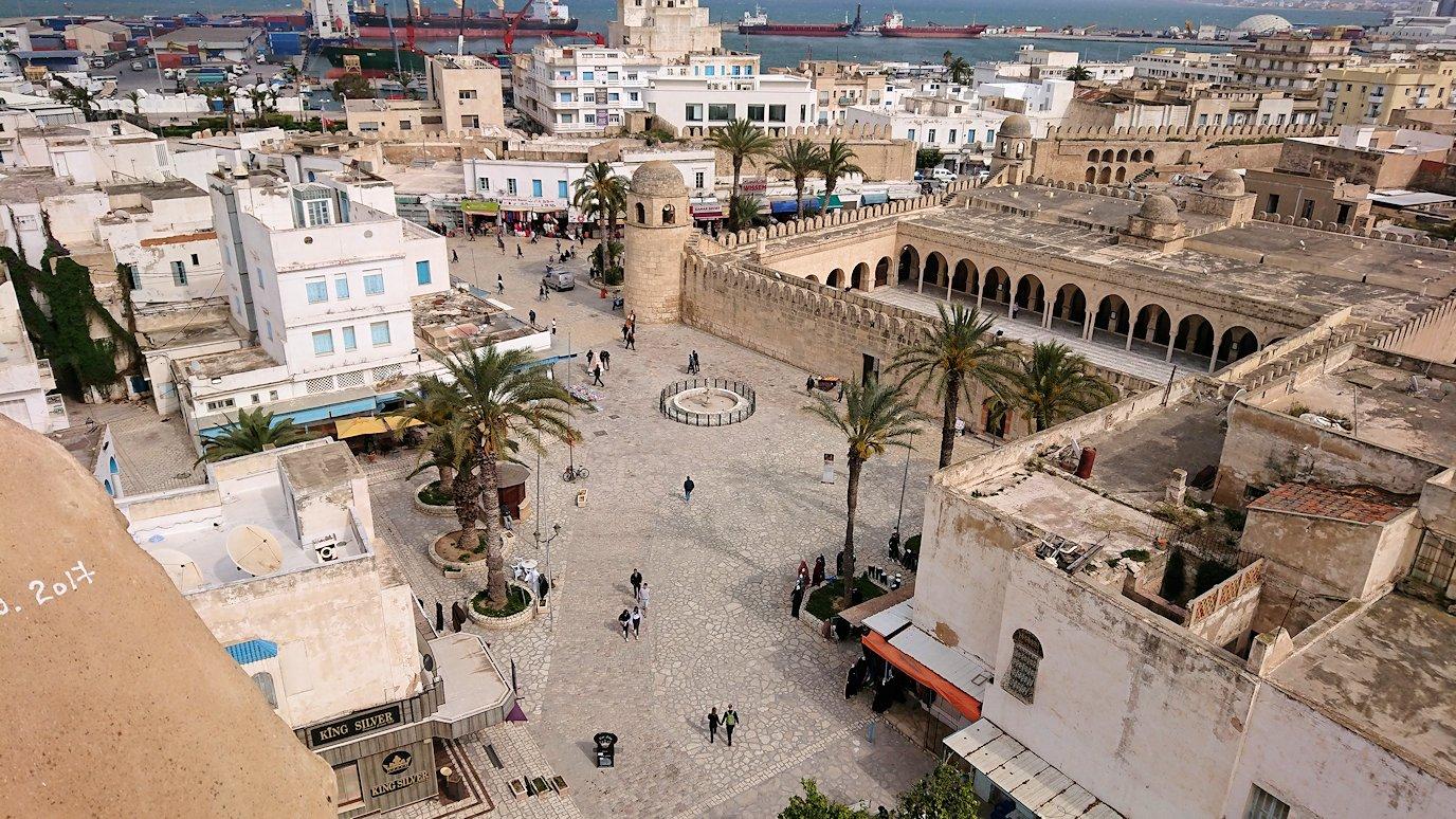 チュニジアのスースの街の旧市街で自由時間にリバトの頂上に登る6