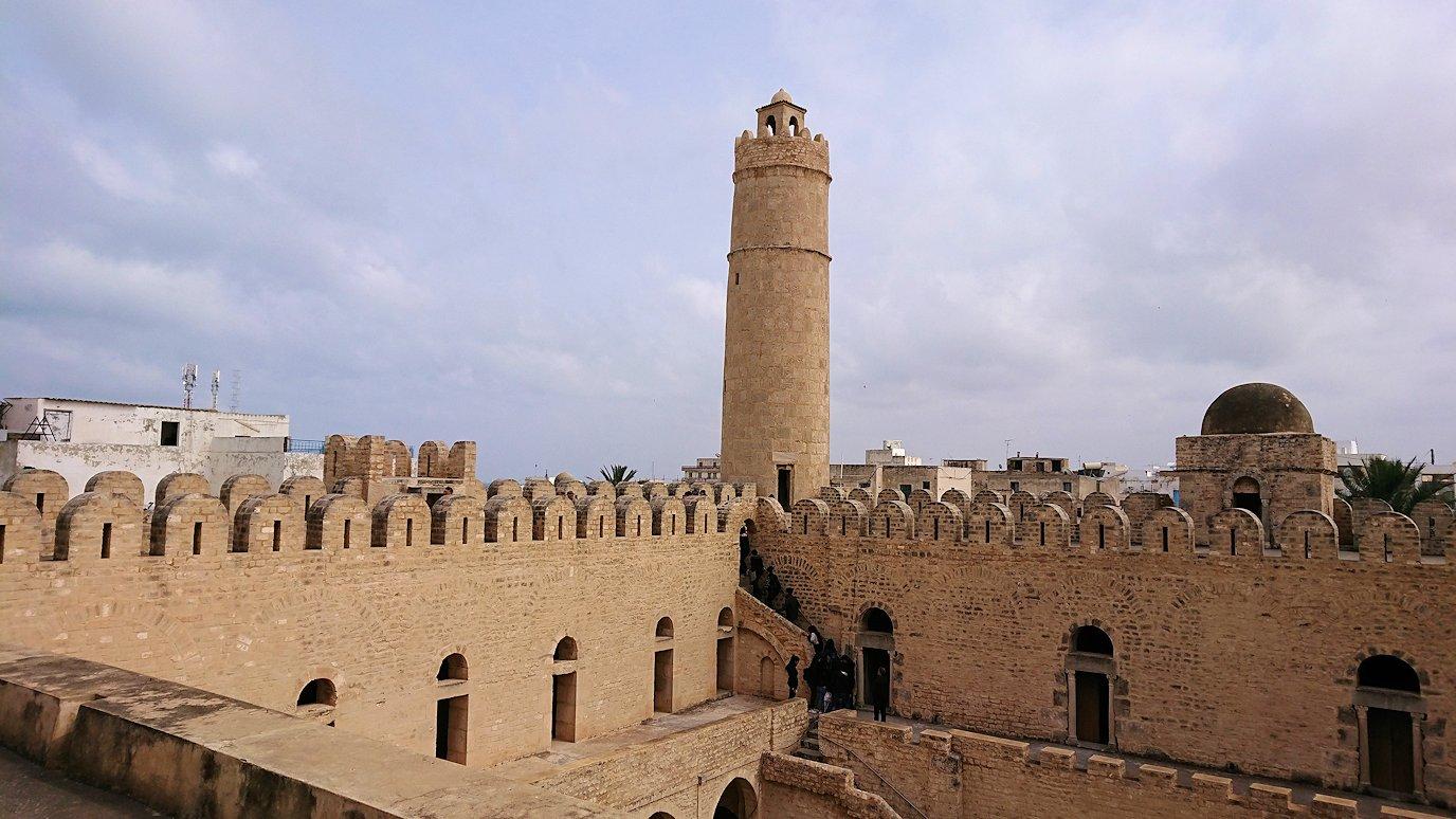 チュニジアのスースの街の旧市街で自由時間にリバトの頂上に登る9