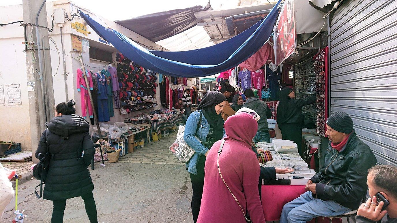チュニジアのスースの旧市街を散策し、お土産専門店お土産専門店のショッピングセンターに入る