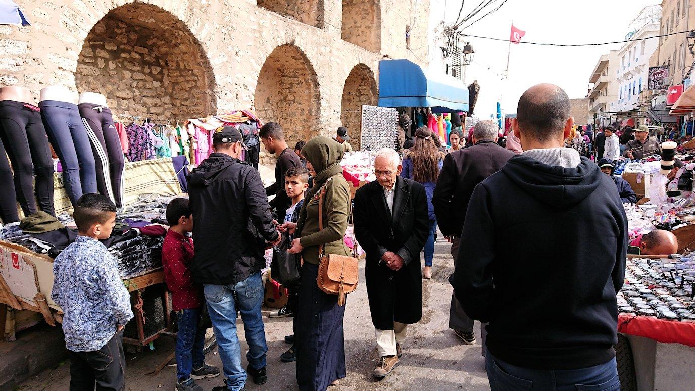 チュニジアのスースの旧市街を散策し、お土産専門店お土産専門店のショッピングセンターに入る1