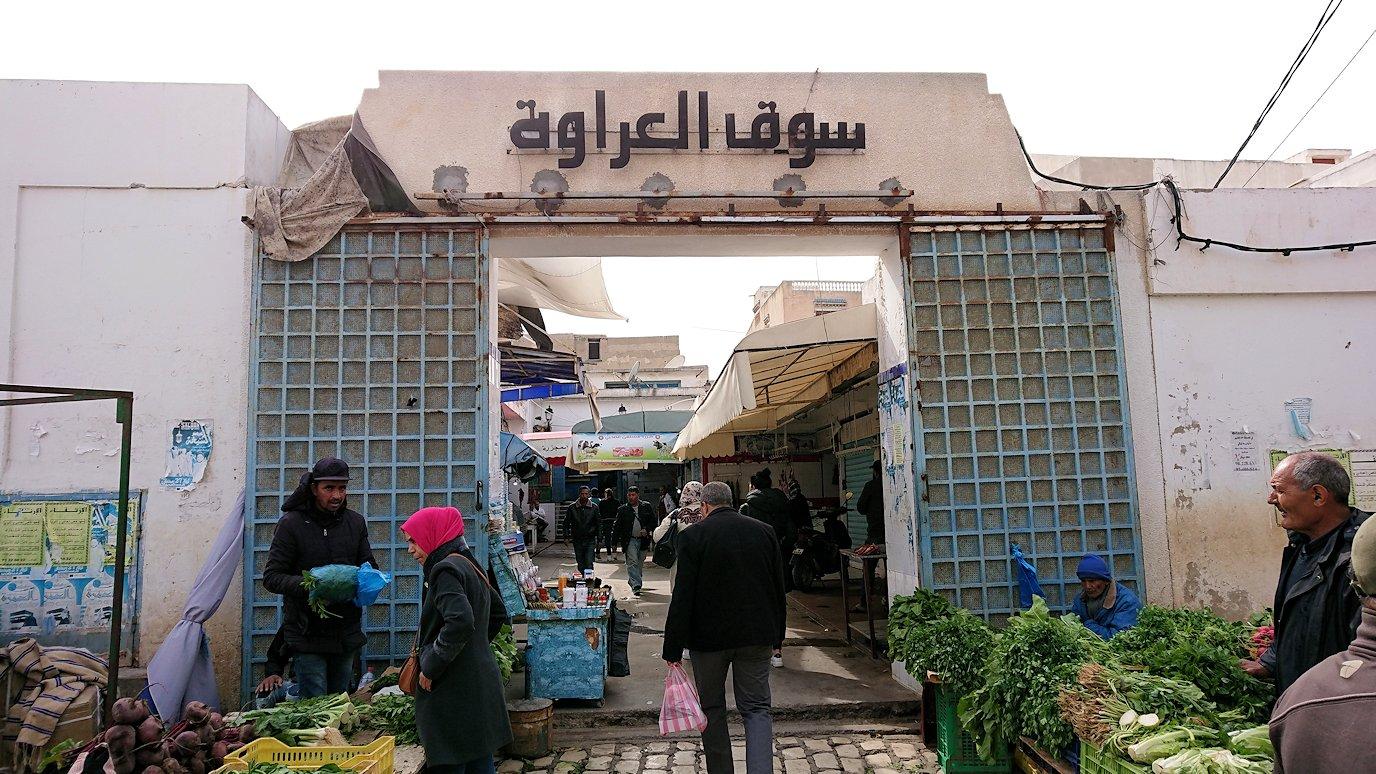 チュニジアのスースの旧市街を散策し、お土産専門店お土産専門店のショッピングセンターに入る2