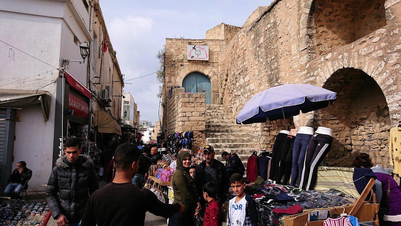 チュニジアのスースの旧市街を散策し、お土産専門店お土産専門店のショッピングセンターに入る3