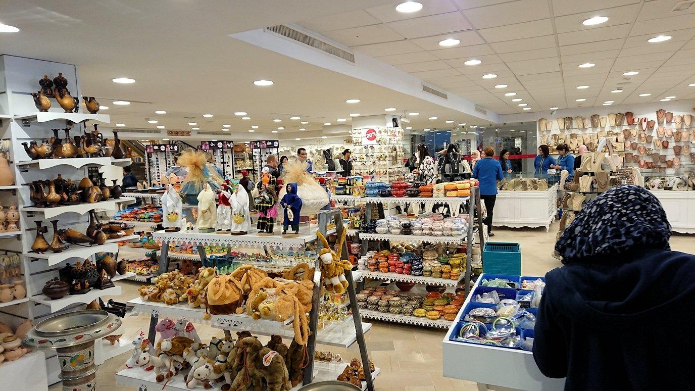 チュニジアのスースの旧市街を散策し、お土産専門店お土産専門店のショッピングセンターに入る5