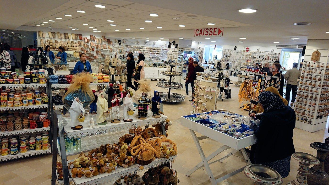 チュニジアのスースの旧市街を散策し、お土産専門店お土産専門店のショッピングセンターに入る6