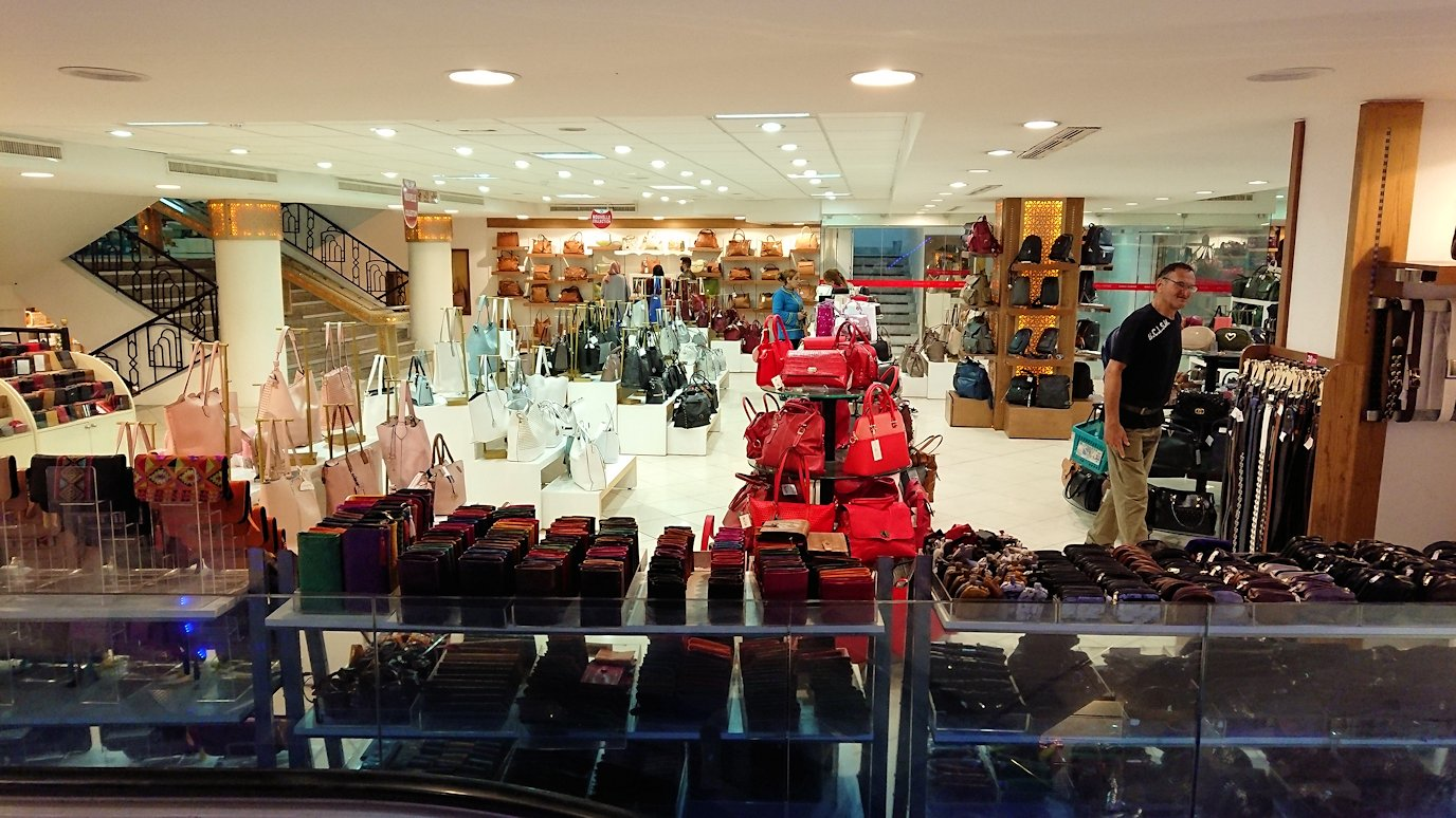 チュニジアのスースの旧市街を散策し、お土産専門店お土産専門店のショッピングセンターに入る8